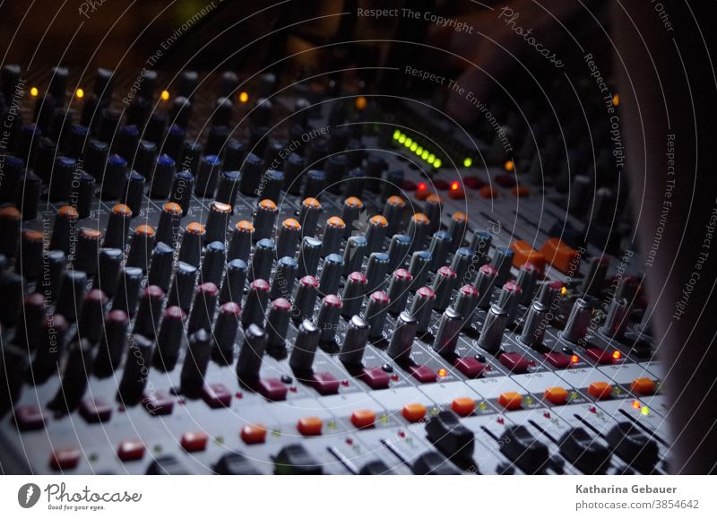 Mischpult im Gottesdienst Michschpult Musik Gesang Mikrofon Musiker Konzert Sänger singen Klang Licht Bühne Karaoke Entertainment Veranstaltung