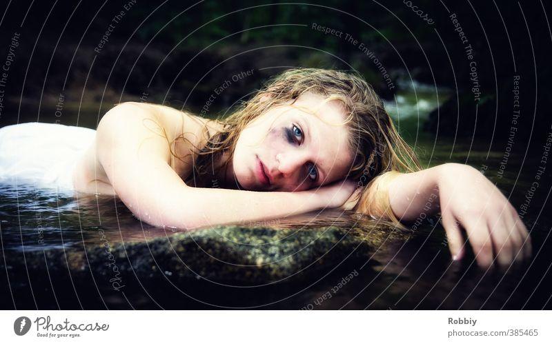 Wassernymphe II feminin Junge Frau Jugendliche Kopf 1 Mensch Natur Felsen Seeufer Flussufer Teich Bach Stein blond liegen Traurigkeit weinen dunkel trashig