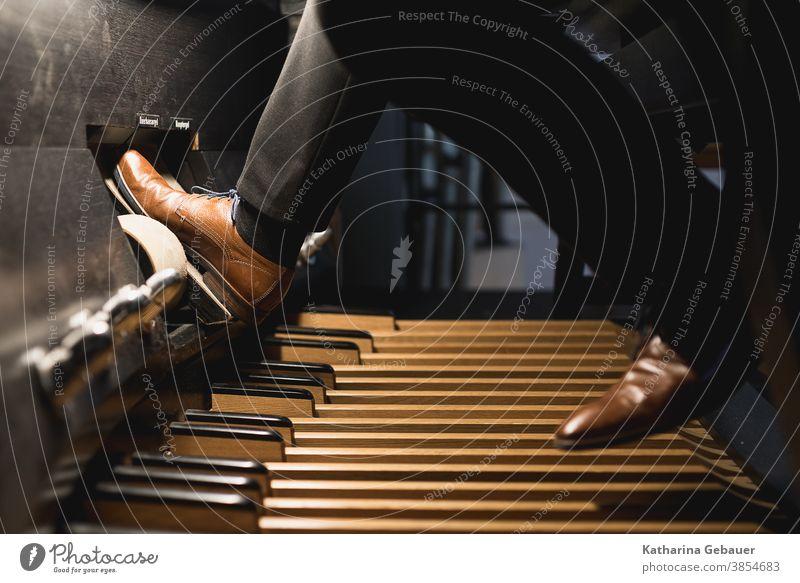 Orgel spielen mit Pedal orgel Kirche Musik dom gottesdienst instrument kirchenmusik kirchenmusiker Christentum Konzert Musikinstrument Fuß Walze