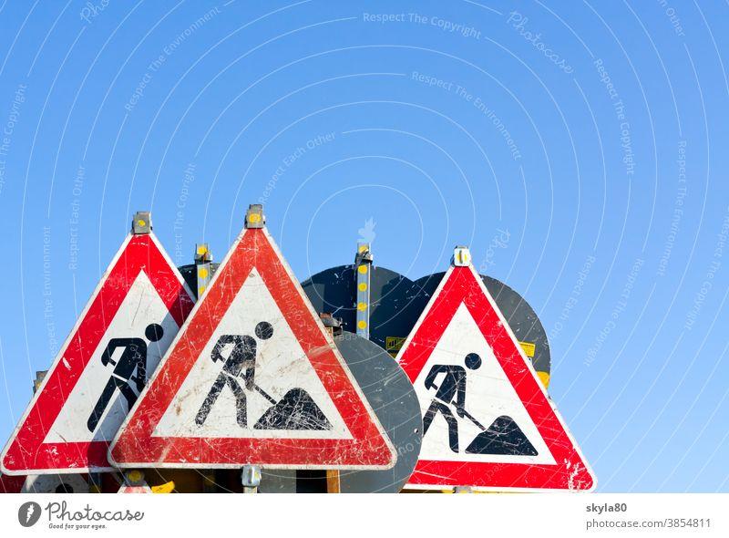 Schilderwald Strassenbau Arbeit Großbaustelle Baumaterial Arbeiter Dienstleistungsgewerbe Absperrgitter Verbot Warnung dreckig Verkehr Verkehrszeichen