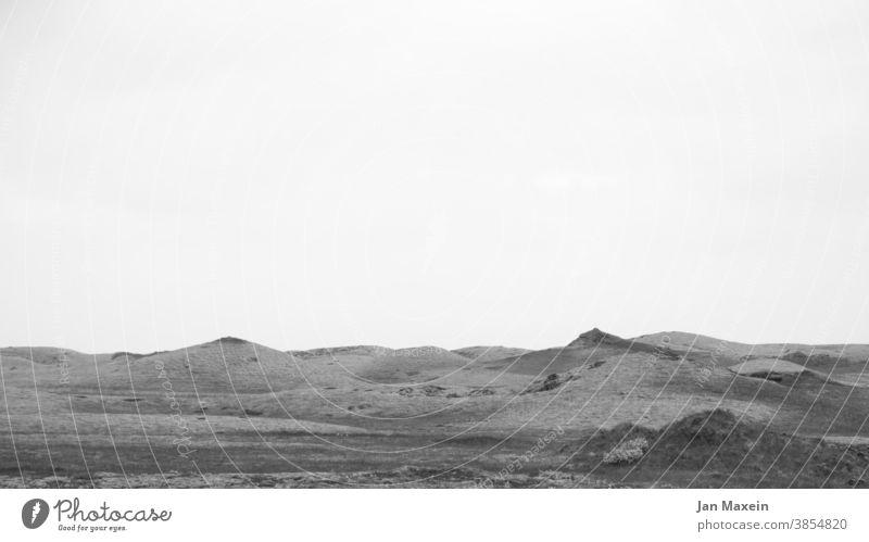 Mondlandschaft Island Lava Landschaft Schwarzweißfoto Hügel Berge Wiese abstrakt Natur Menschenleer Umwelt natürlich wild Ruhe Abenteuer entdecken Kunst Stil