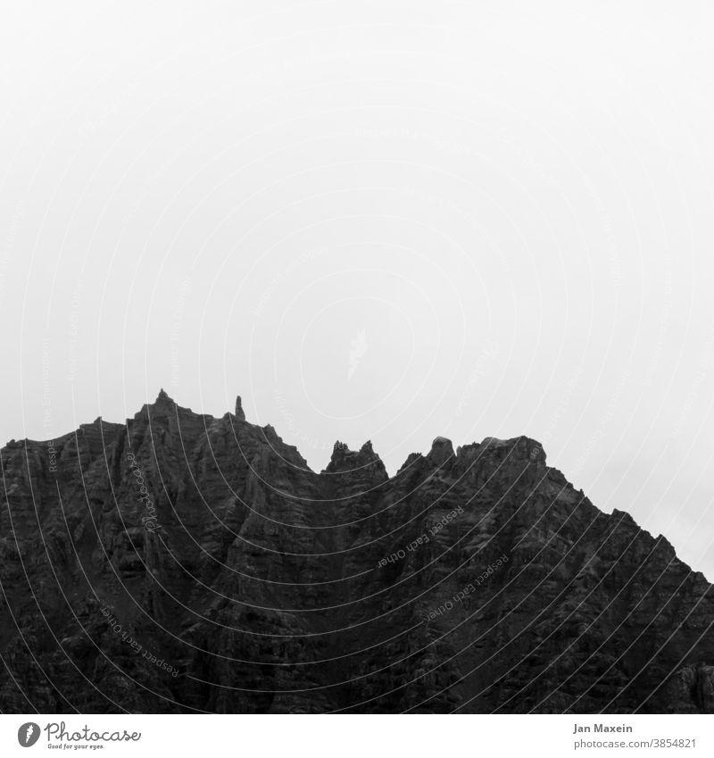 Spitzbergen Berge u. Gebirge Spitze Schwarzweißfoto Gipfel Kontrast Berghang Bergkette Bergkamm Stein Felswand Felsen schräg Kante Alpen Klettern wandern