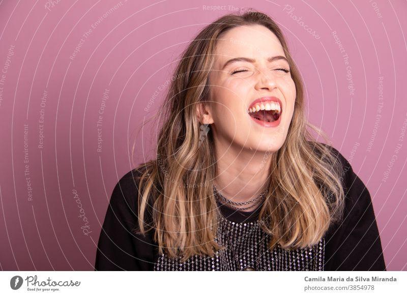 Studiofoto mit junger, lachender Brasilianerin attraktiv Hintergrund schön Schönheit lässig niedlich Emotion Ausdruck Gesicht Mode Frau Spaß Mädchen