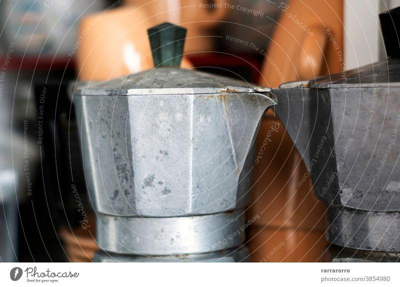 Nahaufnahme einer alten Kaffeekanne in einer Speisekammer. Mokka Moka-Topf Kaffeemaschine Rostfreier Stahl Küchengeräte Espresso Espressokocher ruiniert