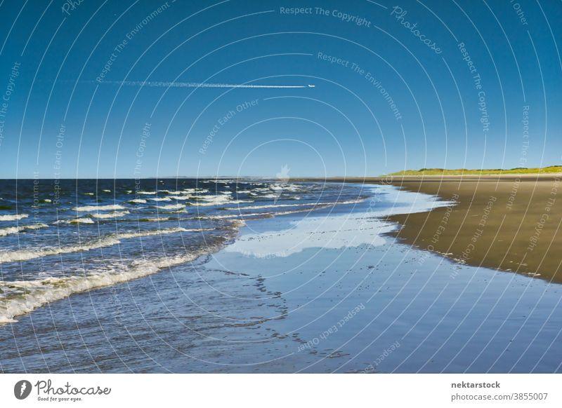 Strand mit rollenden Meereswellen MEER Langeoog winken Kondensstreifen Deutschland Wolkenlandschaft Horizont Flugzeug Horizont über dem Wasser entfernt Sonne