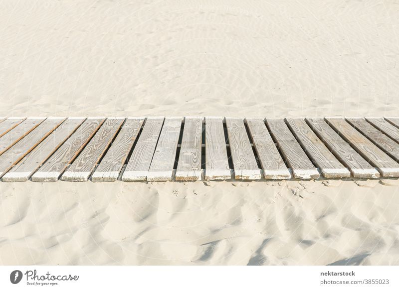 Weißer Sand mit Bohlenweg Schiffsplanken Holz hölzern Laufsteg sandig Weg geplankt keine Menschen Seitenansicht niemand Urlaub Strand Flucht gerade