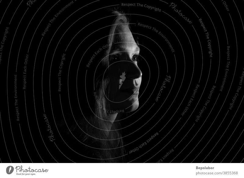 Schwarz-Weiß-Porträt eines italienischen Mädchens auf schwarzem Hintergrund dramatisch Spannung schön sinnlich dunkel Traurigkeit beleuchtet obskur