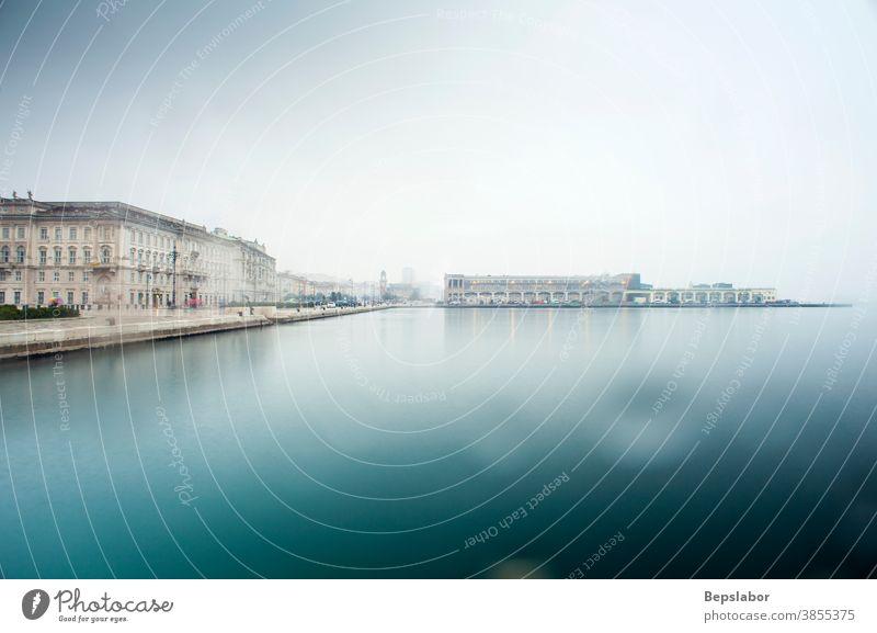Blick auf die historischen Gebäude von Triest mit Blick auf das Meer an einem Regentag Italien Wetter Melancholie MEER reisen leer niemand Mond- Atmosphäre