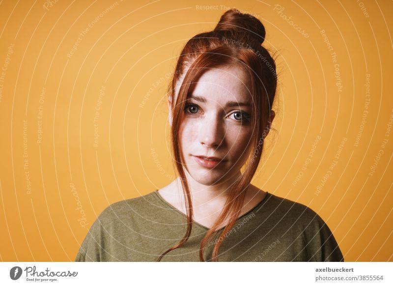 rothaarige junge Frau mit messy bun Dutt und losen Haarsträhnen Porträt Frisur Erwachsener Person Menschen schön attraktiv Mädchen hübsch Kaukasier Rotschopf
