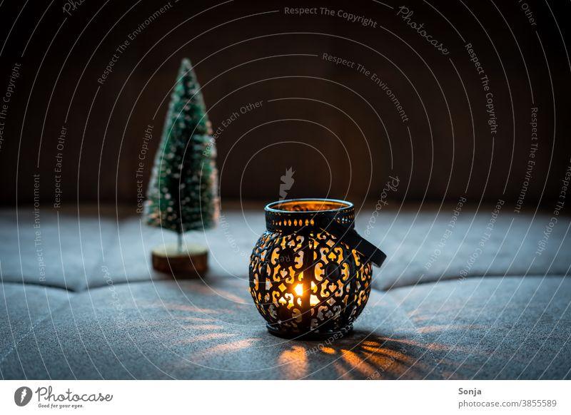 Eine rustikale Laterne mit Kerzenlicht schwarz dunkel Nacht Lichtspiel orange Weihnachten & Advent Abend Kerzenschein Flamme Wärme brennen Romantik Stimmung