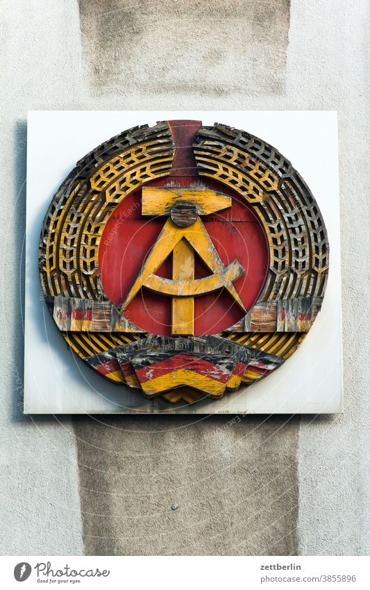 Hammer, Zirkel, Ährenkranz sich[Akk] beugen alex Alexanderplatz architektur Berlin büro Großstadt DDR deutschland dämmerung ehrenkranz Fernsehturm
