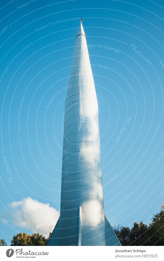 Raketenstart vor blauem Himmel Chemnitz Deutschland Kosmonautenzentrum Sigmund Jähn Küchwald Turm Wolken außerirdisch Nebel Rauch Raum Raumfahrt Raumschiff