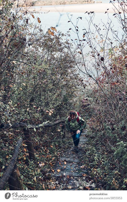 Frau geht während der Herbstreise auf Trekkingpfad nach oben im Freien Ausflugsziel wandern Feiertag Urlaub Wanderer erkunden Landschaft Lifestyle Natur reisen
