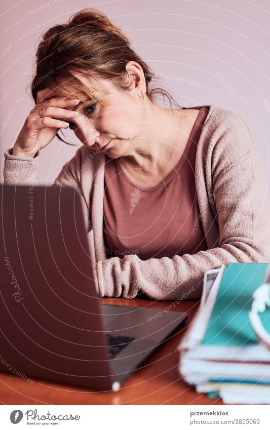 Frau konzentrierte sich auf ihre harte Arbeit und erledigte ihre Arbeit ferngesteuert mit einem Laptop von zu Hause aus Ordner Anruf Talkrunde Klasse Klassen