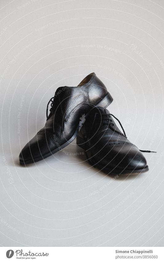 Schwarze Fancy-Schuhe schwarz ausgefallen weißer Hintergrund Bekleidung Mode Farbfoto Innenaufnahme Herrenschuhe