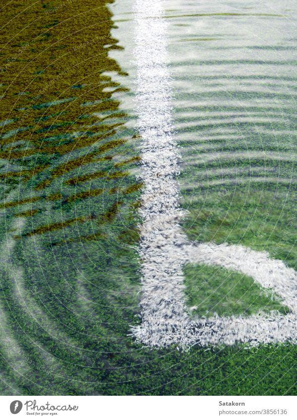 Überschwemmungen auf dem Kunstrasen-Fußballfeld Feld künstlich Gras Wasser fluten Spiel weiß Linie schwarz grün Sport Umwelt Freizeit Aktivität nass Übung
