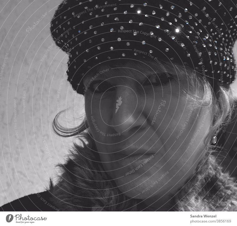 Frau mit Mütze Hut Schwarzweißfoto Blonde Haare Winter Mode