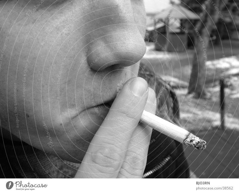 Zigarette Finger Kerl Hand Mann Mensch Rauchen Brandasche Typ zichten Gesicht Nase