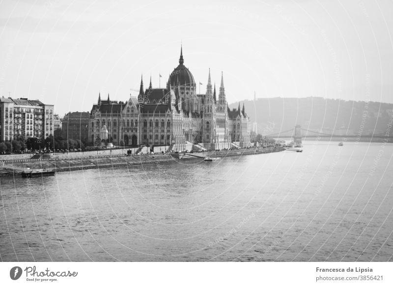 Parlament von Budapest Ungarn Schwarzweißfoto Sehenswürdigkeit Stadt Außenaufnahme Architektur Hauptstadt Donau Wahrzeichen historisch Fluss Europa Bauwerk