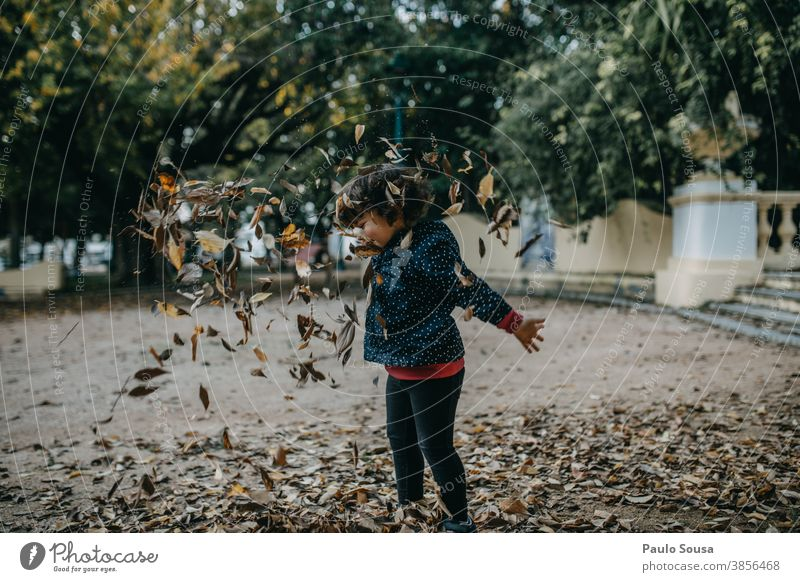 Kleines Mädchen spielt mit Herbstblättern Herbstlaub herbstlich Kind Kindheit Kinderspiel Spielen Glück Fröhlichkeit Tag 1-3 Jahre Außenaufnahme Farbfoto Mensch