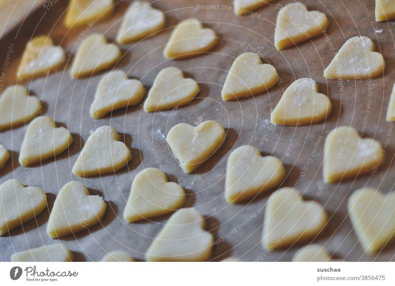 herzchenplätzchen Plätzchen Kekse Teig Backteig backen Gebäck Weihnachtsgebäck Backblech Backpapier viele Herze Herzchenform lecker Süßigkeit Zucker ungesund