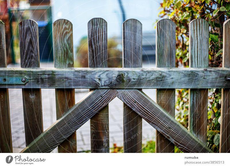 Gartenpforte Einfahrt Eingang Tor garten hecke Durchlass Holz Holzpforte verschlossen grenze Sicherheit Ausgang