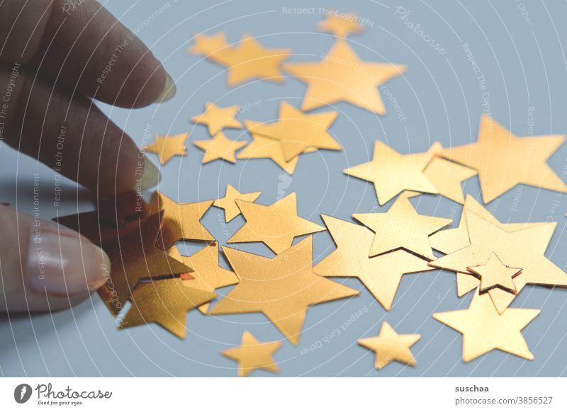 viele sterne Sterne Weihnachten & Advent Dekoration & Verzierung gold glänzend Hand Finger Fingernagel greifen Weihnachtsdekoration Stern (Symbol) Winter