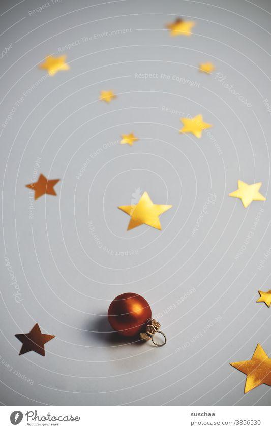 sterne und ne kleine weihnachtskugel auf neutralem hintergrund Stern Sterne golden Christbaumkugel Weihnachtskugel Christbaumschmuck Dekoration & Verzierung