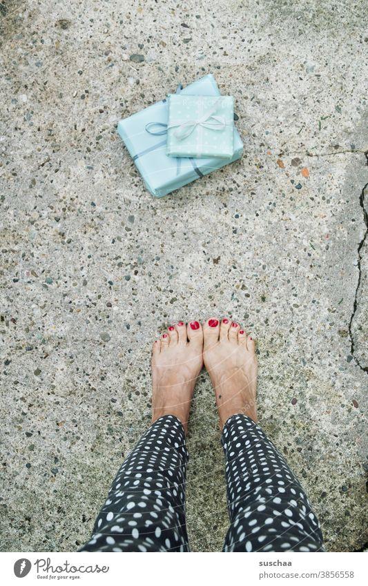 HAPPY BIRTHDAY PHOTOCASE Geschenke Geschenkpapier Schleifchen Beine Füße barfuß Frau stehen weiblich Straße Hose gepunktet skurril seltsam Geburtstag Jubiläum