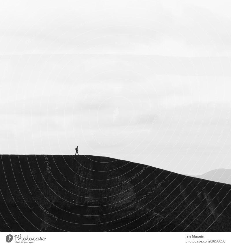 Gradwanderung Bergsteiger Person bergab bergauf Kante Berge u. Gebirge Bergsteigen Berghang Bergkette Bergkamm Landschaft Natur wandern Ferien & Urlaub & Reisen