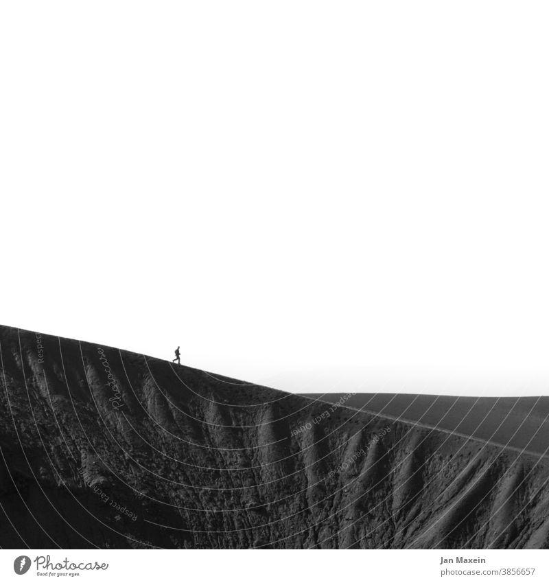 Abstieg Bergsteiger Person bergab bergauf Kante Berge u. Gebirge Bergsteigen Berghang Bergkette Bergkamm Landschaft Natur wandern Ferien & Urlaub & Reisen