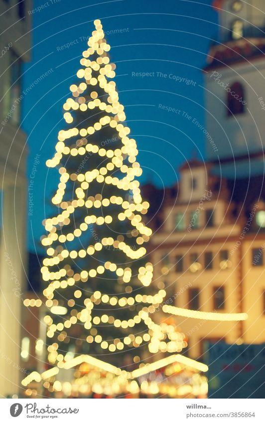 Weihnachtsbaum auf dem Weihnachtsmarkt Lichter beleuchtet weihnachtlich Weihnachten & Advent Weihnachtsdekoration Tannenbaum Unschärfe festlich leuchten