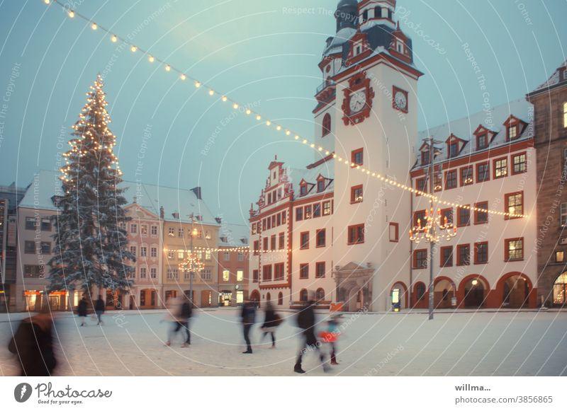 Winter auf dem weihnachtlichen Marktplatz Altmarkt historisch winterlich Weihnachtsbaum Menschen Lichterketten beleuchtet Schnee Dezember Rathaus