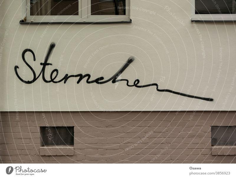 Haus mit Sternchen Gebäude Fassade Fenster Graffiti Architektur Bauwerk Menschenleer Außenaufnahme Stadt Wand Mauerwerk Text Schriftzeichen Zeichen Handschrift