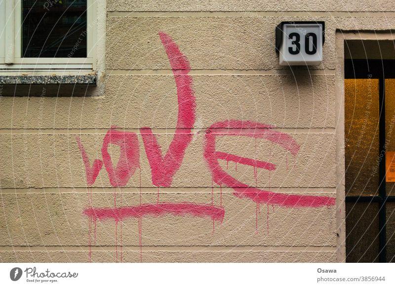Love 30 Haus Gebäude Fassade Fenster Graffiti Architektur Bauwerk Menschenleer Außenaufnahme Stadt Wand Mauerwerk Text Schriftzeichen Zeichen Handschrift