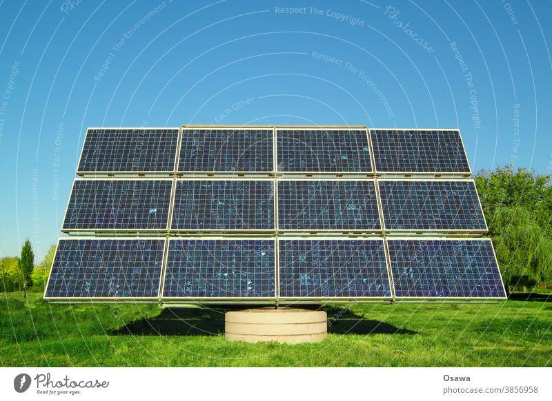 Sonnenkollektor auf grüner Wiese gegen klaren blauen Himmel Sonnenenergie Solarzelle Energie Energiewirtschaft Kraft Kraftwerk Stromversorgung