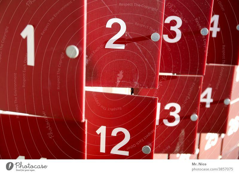 Zahlenreihe Nummern Ziffern & Zahlen rot Nahaufnahme weiß türchen Adventskalender Schließfach offen wertsachen Sicherheit aufbewahren Anordnung Verwahrung