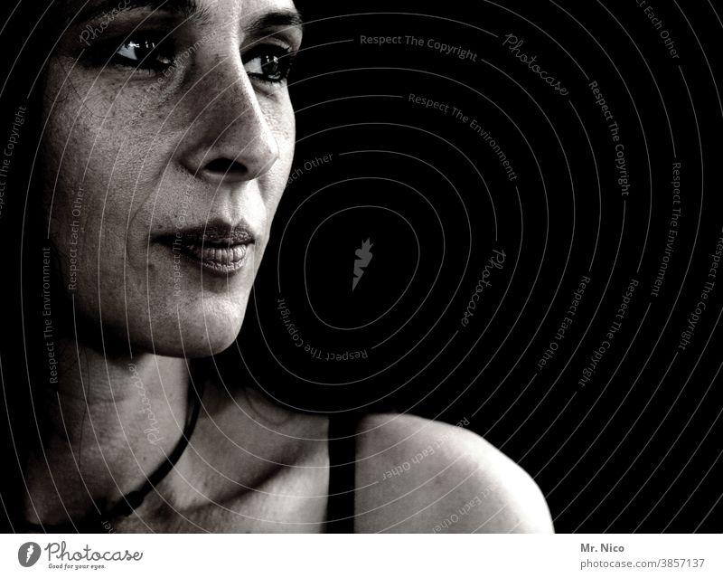 Portrait , ausdruckstark und nachdenklich Porträt schwarz Gesicht Frau Kopf Blick Schatten dunkel Haut Schulter Sommersprossen feminin beobachten Sehnsucht