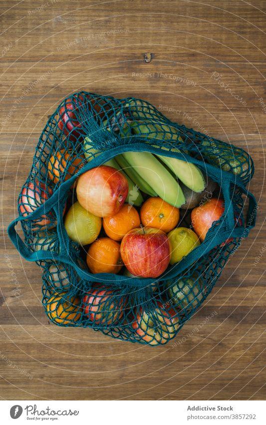 Verschiedene Früchte in umweltfreundlichen Beuteln Baumwolle Tasche Frucht Öko Sack sortiert keine Verschwendung Konzept gesunde Ernährung frisch hölzern Tisch