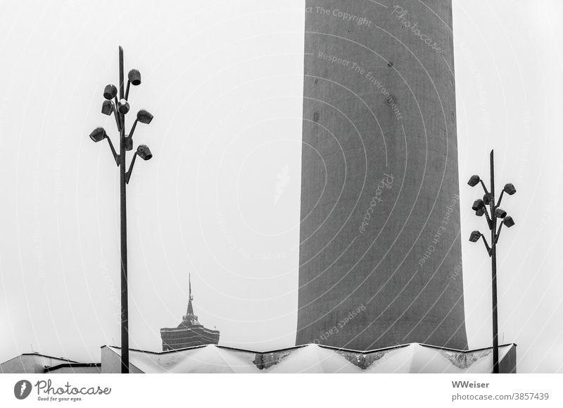 Ein kalter Wintertag mit Schnee am Alexanderplatz Berlin Fernsehturm Laternen Beleuchtung Rathaus Mitte Dach Architektur grau Berliner Fernsehturm Wahrzeichen
