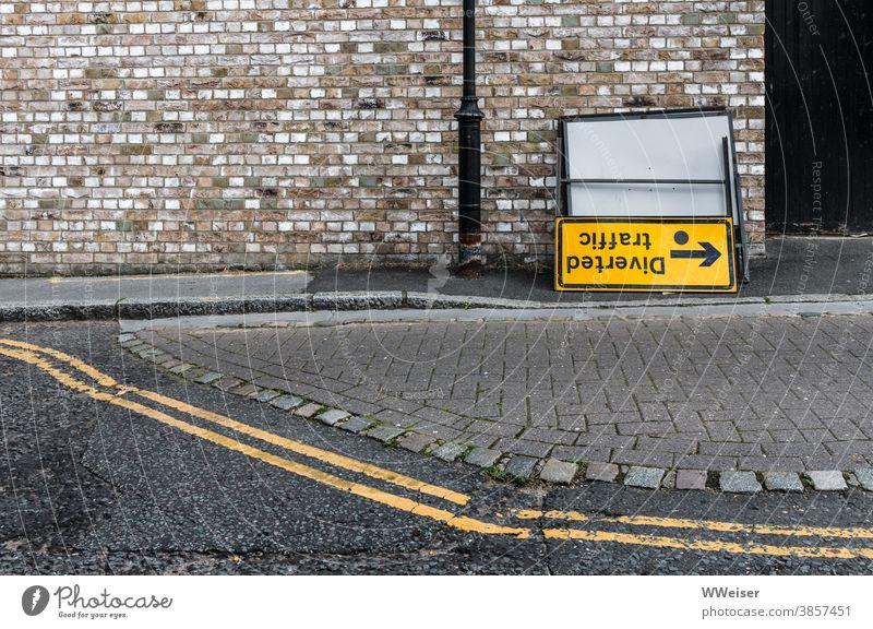 Vielleicht stimmt die Richtung nicht ganz Hinweis Schild Verkehr traffic Diverted traffic Pfeil umgedreht verwirrend irreführend auf dem Kopf Straße London