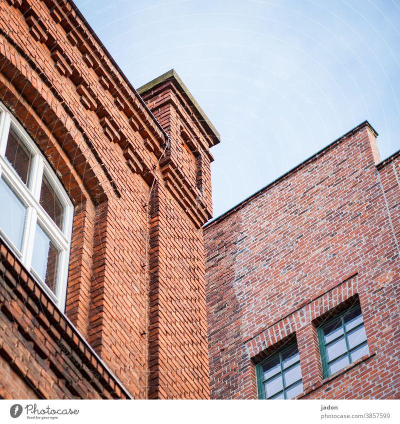 zwei farben: rot. Fassade Fenster Himmel Backstein Backsteinwand Gemäuer alt Wand Mauer Außenaufnahme Strukturen & Formen Bauwerk Backsteinfassade Muster