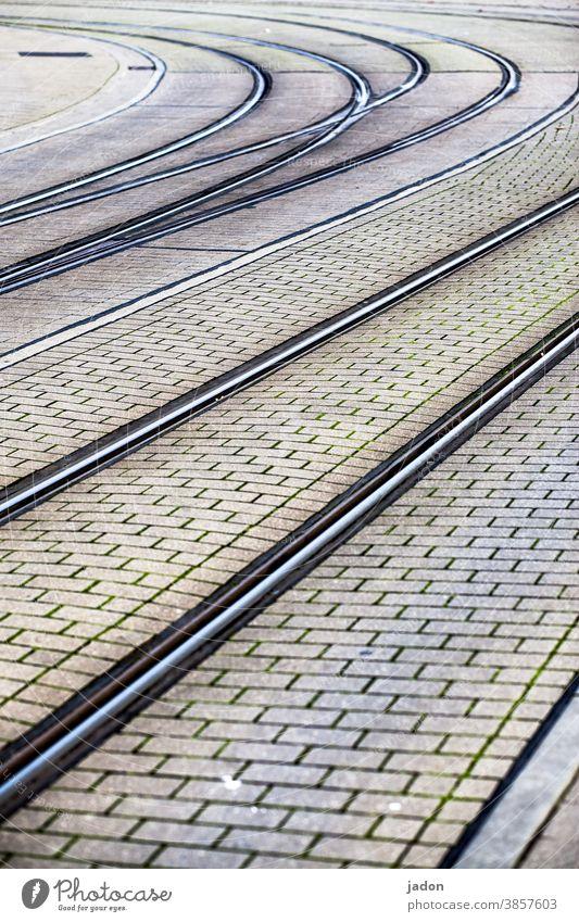 die biege machen. Gleise Verkehr Starßenbah Straßenbahn Wege & Pfade Verkehrswege Schienenverkehr Straßenverkehr Menschenleer Öffentlicher Personennahverkehr