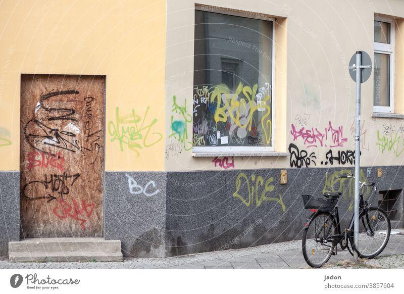 stillleben mit fahrrad, verkehrsschild, fenster und tür (versperrt). Fenster Fahrrad Graffiti Außenaufnahme Grafik u. Illustration Mauer Wand