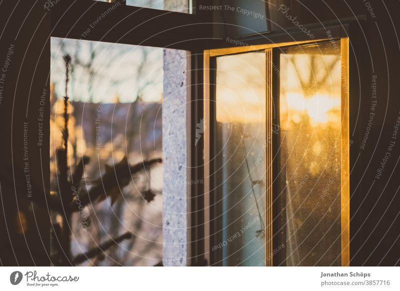 geöffnetes Fenster zur Belüftung von Aerosolen während der Weihnachtszeit Weihnachten heimwärts Winter x-mas Air allein Weihnachtsdekoration Weihnachts-Sperre
