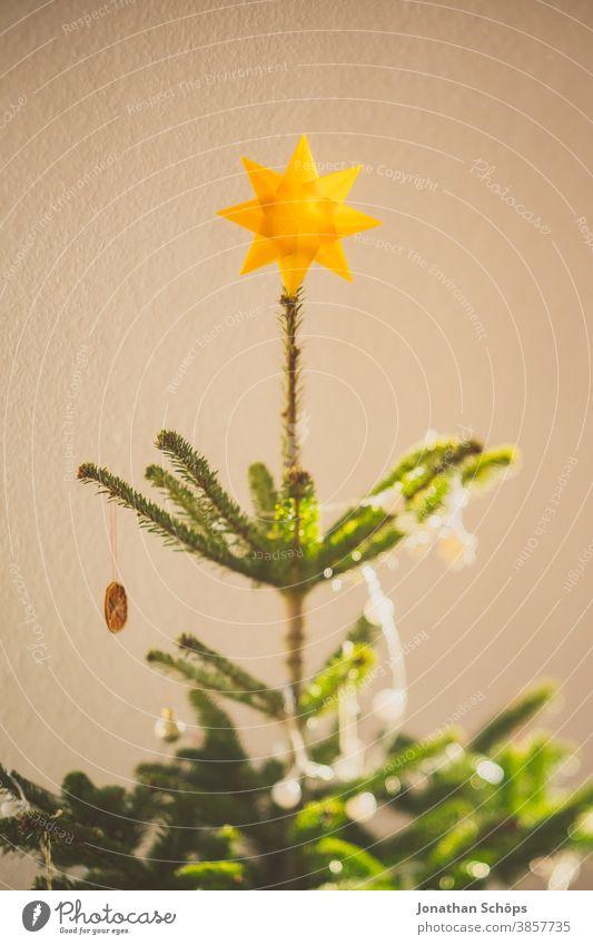 weihnachtsbaumspitze mit gelbem Stern Weihnachten Tanne heimwärts x-mas Lichterkette Weihnachtsdekoration Weihnachtsstern Weihnachtsbaum Wohnzimmer Baum Wand