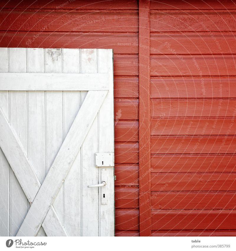 Holzhaus Haus Gebäude Gartenhaus Mauer Wand Fassade Tür Griff Schloss Metall Kreuz Linie alt eckig einzigartig retro Sauberkeit blau grau rot weiß Geborgenheit