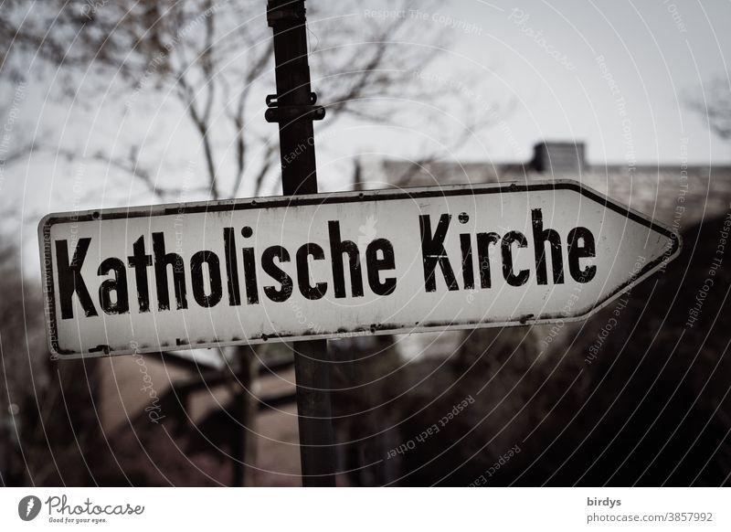 Katholische Kirche. Wegweiser zu katholischer Kirche. veraltet , düster. katholische Kirche konservativ Zölibat Christentum Religion & Glaube Katholizismus