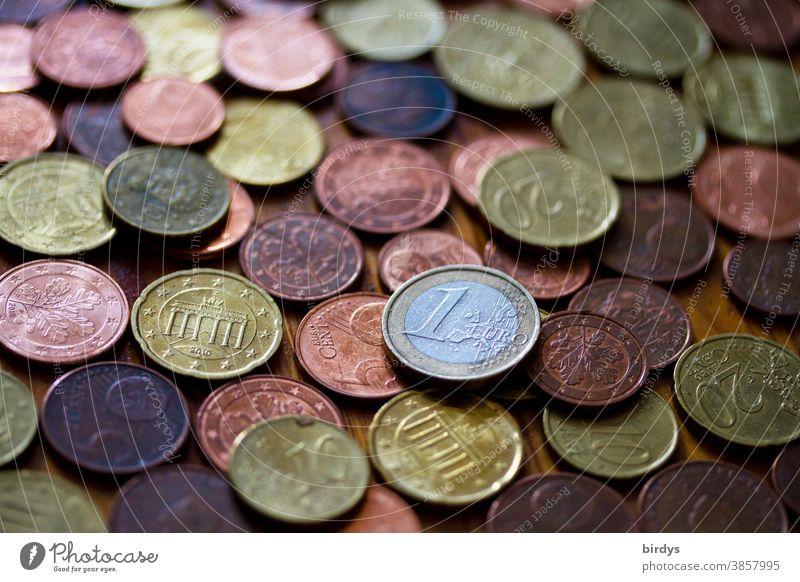 viele Euro - centmünzen und eine 1 Euro - Münze. formatfüllend Geld Eurocent Münzen Münzgeld Kleingeld Hartgeld Schwache Tiefenschärfe Cent Eurocentmünzen