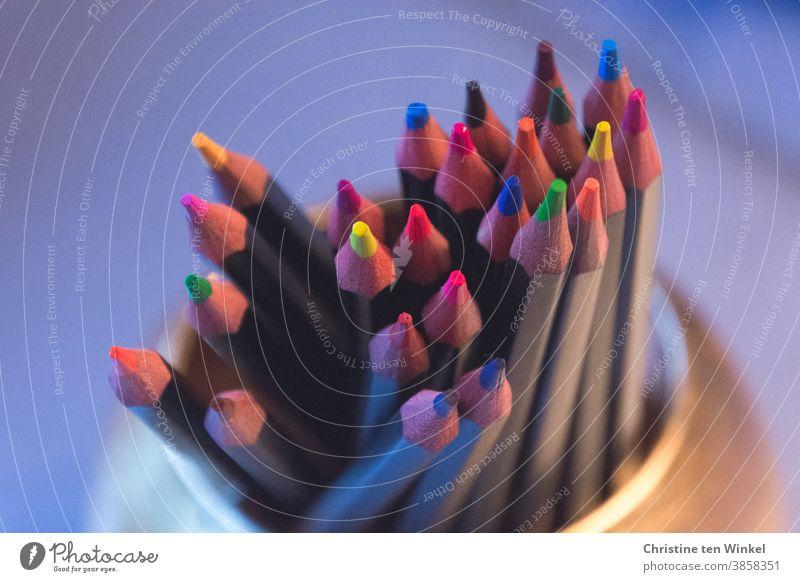 Buntstifte in leuchtenden Farben stehen mit den Spitzen nach oben in einem goldfarbenen Becher mehrfarbig Fröhlichkeit Basteln Freizeit & Hobby Kreativität